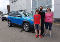 Un gros merci à Mme Julie Dubé et sa famille pour l'achat de son magnifique Jeep Cherokee TrailHawk bleu hydro. Vous allez faire beaucoup de jaloux.