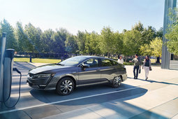 Lead the Way with the 2018 Honda Clarity in Montreal, Quebec - 3